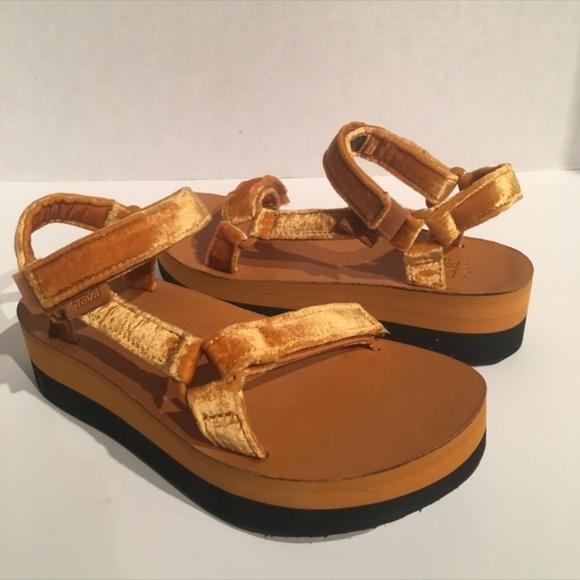 730a573fda5 Teva Women s Velvet Leather Flatform Sandals. M 5c6cfcf5aaa5b80992f1ad27